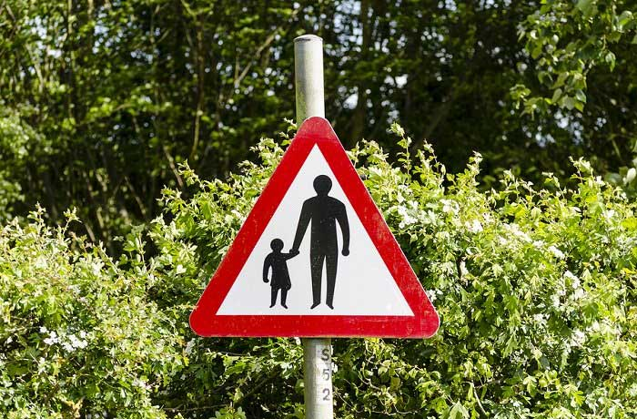 A children crossing warning road sign
